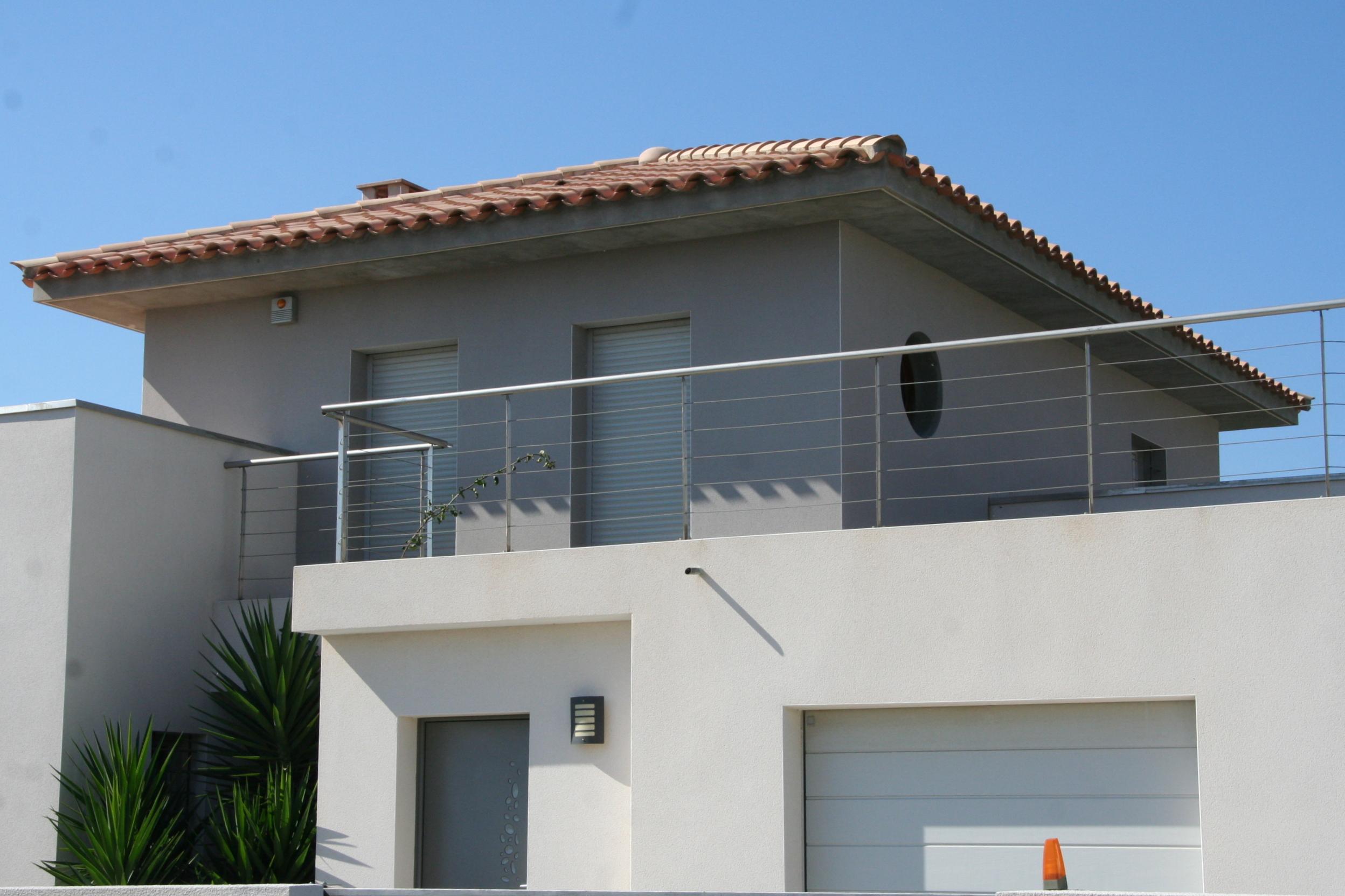 Villa moderne grise avec d bords de toit gonzalez for Construction villa moderne
